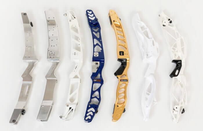 Tutti gli archi sviluppati da Nishikawa Seiki. Il primo modello (estrema sinistra) era ispirato ai modelli popolari dell'epoca. La forma di questo modello si è rapidamente evoluta nell'SH-02 (al centro, color oro), un arco che combina un profilo elegante a prestazioni elevate.