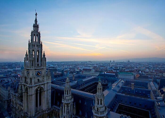 Vienna e il suo palazzo del Municipio al crepuscolo. Presto sorgerà un'oasi di verde nel cuore della città.