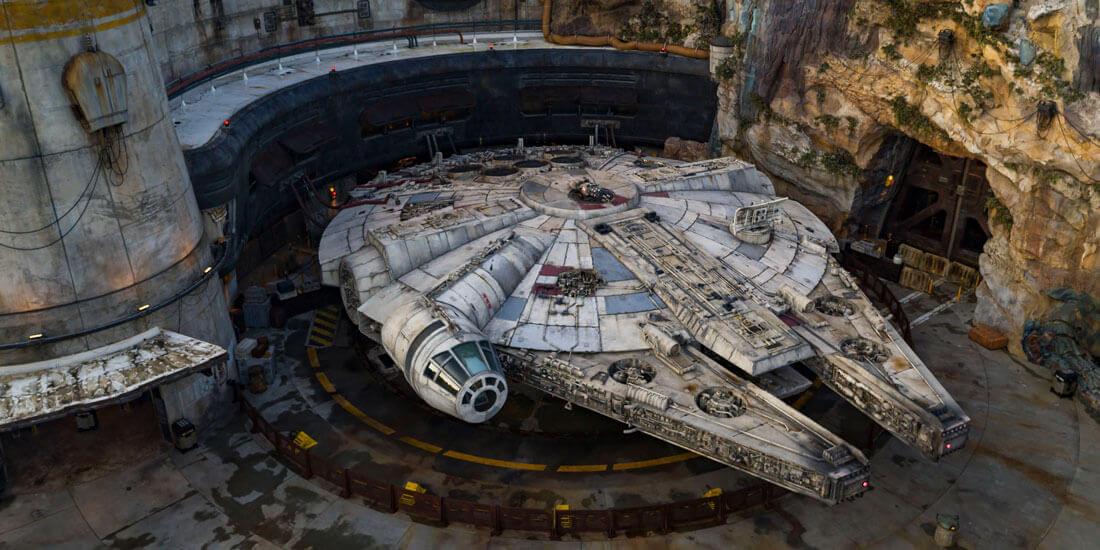 """Innovazione parchi Disney: I progetti su larga scala, come il Millennium Falcon nello Star Wars Galaxy's Edge di Disney World, integrano """"un'industria di industrie"""", un sistema che comprende progettazione, fabbricazione e installazione attraverso dati BIM condivisi e altre tecnologie digitali."""