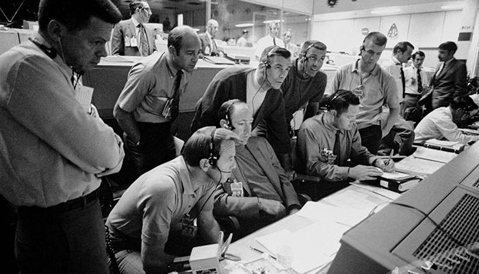 """""""Houston, abbiamo un problema"""". Gli ingegneri del Mission Control guidano la navicella danneggiata dell'Apollo 13 sulla Terra. Per gentile concessione della NASA."""