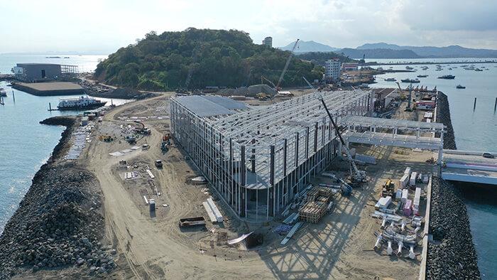 Vista aérea del proceso de montaje de la cubierta metálica en la Terminal de Cruceros de Amador. Gentileza Mallol Arquitectos.