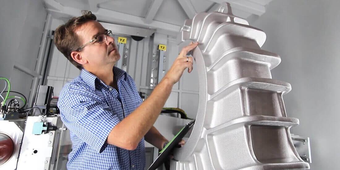Endüstriyel röntgen cihazı VisiConsult uzmanı malzemeyi tetkik ediyor